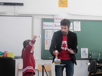 Un mago enseña en los colegios de la Vega del Henares a utilizar los contendores amarillo, verde y azul