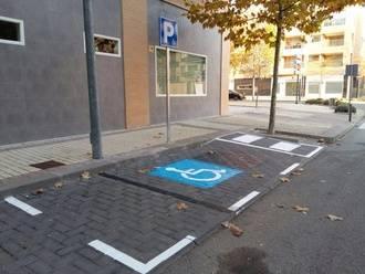 Señalizadas las plazas de aparcamiento reservado en el núcleo de Valdeluz