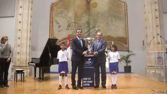 El trofeo de la XXVII Copa de España de Fútbol Sala ya luce en Guadalajara