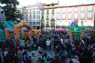 Cientos de personas participan en la merienda popular del Jueves Lardero en la capital