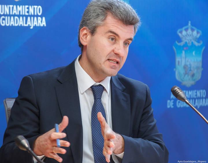 Alfonso Esteban acusa a Jiménez de incurrir en una deslealtad sin precedentes en el Ayuntamiento de Guadalajara