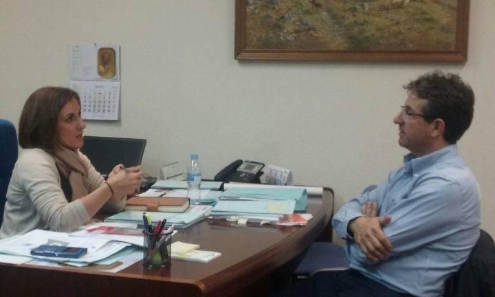 La diputada de Ciudadanos se interesa por las demandas del alcalde de Alcolea de las Peñas