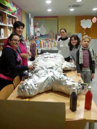 Los seteros preparan una sardina de colores en la Biblioteca