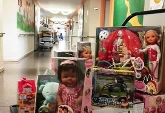 Los niños hospitalizados en los hospitales públicos de Castilla-La Mancha reciben juguetes en Navidad