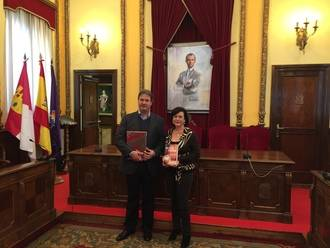 Isabel Nogueroles, concejal de Turismo y Hermanamientos, recibe al investigador Enrique S. Aguinga Cortés