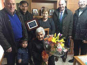 El presidente de la Diputación felicita a Alfonsa Pérez, vecina de Espinosa, en su 100 cumpleaños