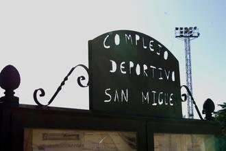 El fuerte viento obliga a retirar los parabalones del complejo deportivo San Miguel de Azuqueca
