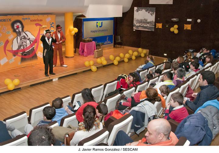 Correos y Payasos sin Fronteras traen magia y diversión a los niños ingresados en el Hospital de Guadalajara