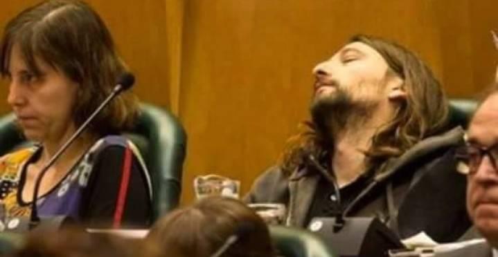 Pillan a un concejal de Podemos durmiendo..¡en un Pleno Extraordinario del ayuntamiento!