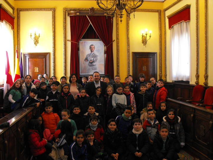 Alumnos de tercero de primaria del colegio Sagrado Corazón conocen el Ayuntamiento de Guadalajara