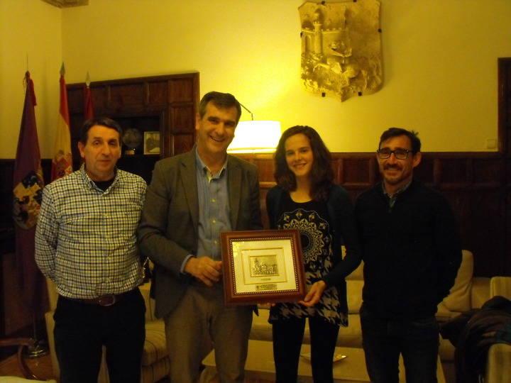 Ana Lozano recibe la felicitación del alcalde y del concejal de Deportes por la medalla conseguida en el Campeonato de España de pista cubierta