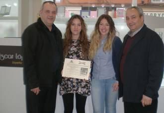FCG hace entrega del cheque del sorteo del una cena romántica para dos personas de su campaña de San Valentín