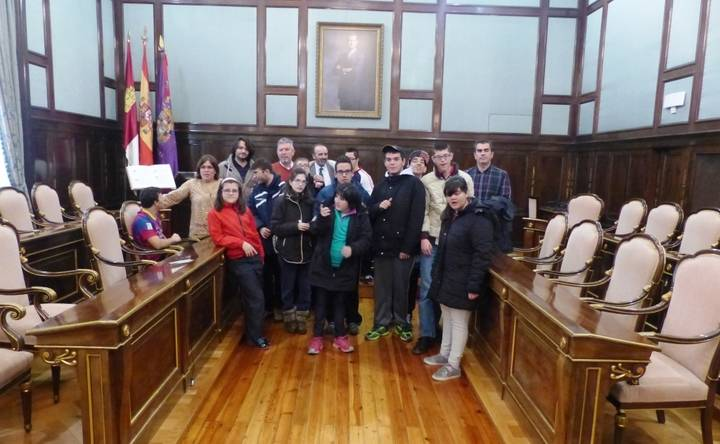 Alumnos del Colegio de Educación Especial Virgen del Amparo visitan el Palacio Provincial