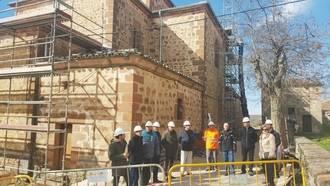 José Manuel Latre se interesa por las obras de rehabilitación del Santuario de Barbatona
