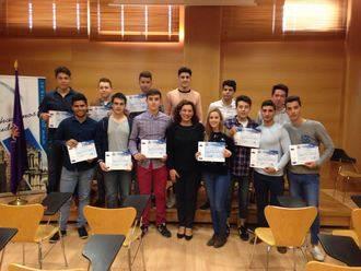 Verónica Renales entrega los diplomas y carnés a los participantes en el curso de Salvamento y Socorrismo organizado por la Concejalía de Juventud