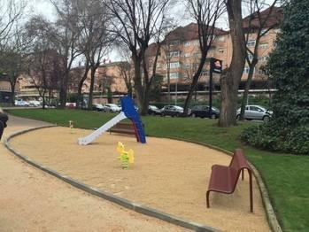 Así luce la plaza Sor María Lovelle, con nuevos accesos y ajardinamiento con una zona de juegos