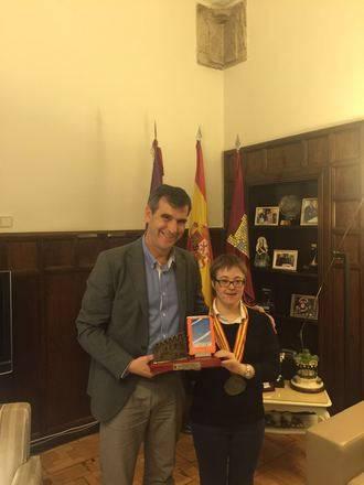 El alcalde recibe a Marta Martínez, ganadora de tres oros en el Campeonato de España para personas con Discapacidad Intelectual