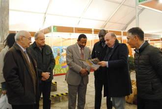 José Manuel Latre muestra las posibilidades del sector apícola al embajador de Sudán en Pastrana