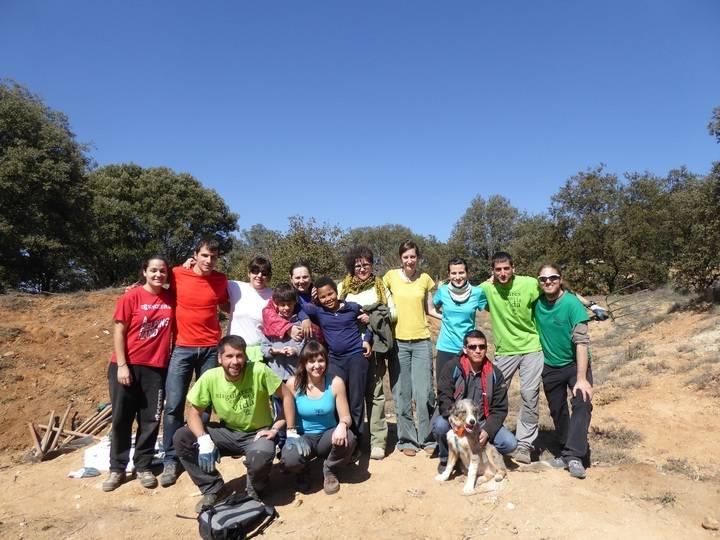 Un grupo de voluntarios trabajan para limpiar el bosque de Valdenazar de ailanto