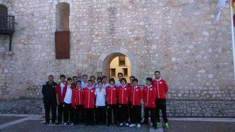 Los jóvenes jugadores del Rayo Vallecano conocen el castillo de Torija con el diputado de Deportes