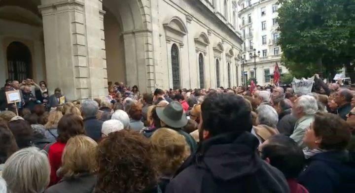 Cientos de personas se concentran en el Ayuntamiento de Sevilla para protestar por las medidas anticlericales de la izquierda