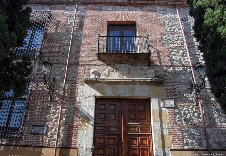 El Palacio de la Cotilla, Detalle monumental de abril