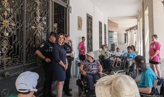 Encarnación Jiménez, concejal de Seguridad, atiende las primeras sugerencias de residentes del CAMF