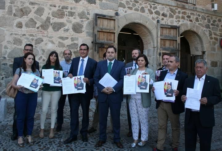 Alcaldes del PP devuelven en Fuensalida la fotografía que Page les envió y le piden que invierta en sus pueblos