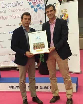 Carballo entrega al alcalde de Guadalajara una placa de agradecimiento por la organización de la Copa del Mundo de Gimnasia Rítmica