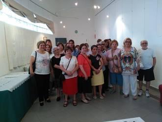 Las manualidades de la Asociaicón CEAR llenan de color la sala de exposiciones de Alovera