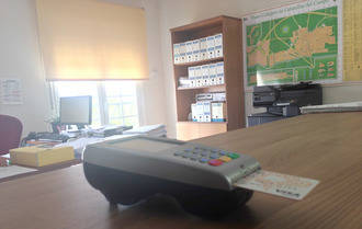 El Ayuntamiento de Cabanillas instala un datáfono para el pago con tarjeta de tributos no periódicos
