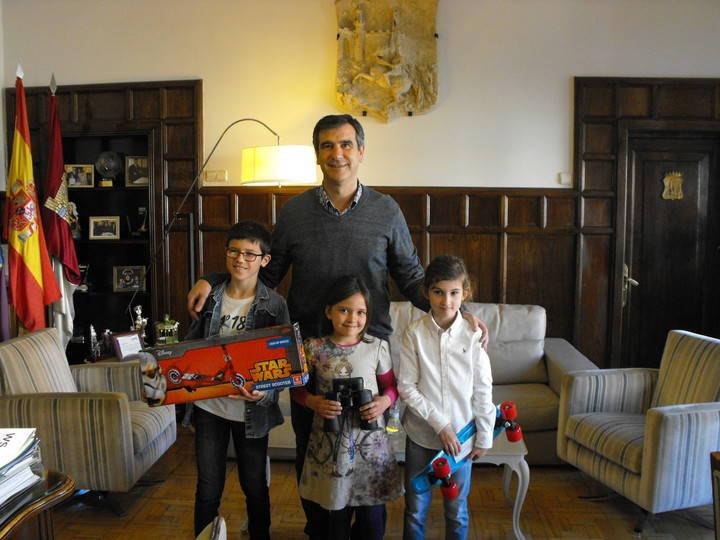 """El alcalde entrega los premios a los ganadores del concurso de dibujo infantil """"Guadalajara con otra luz"""""""