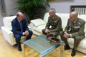 El presidente de la Diputación recibe al actual Coronel Jefe del Parque de Ingenieros y a su sucesor