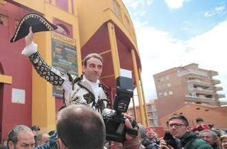 Ponce abre la puerta grande del coso de Las Cruces en la corrida goyesca de Guadalajara