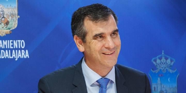 Román recibe al alcalde de Marchamalo para hablar del servicio de transporte urbano