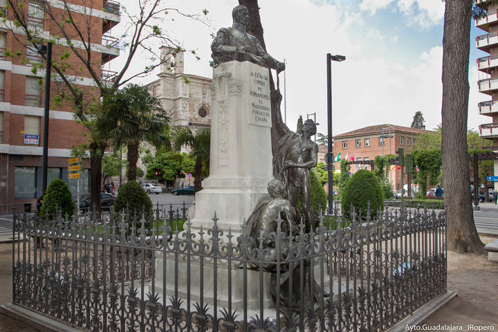 Álvaro de Figueroa y Torres, conde de Romanones, protagonista del detalle monumental de julio