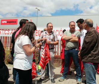 Ariel Jerez con los trabajadores de XPO Logistics