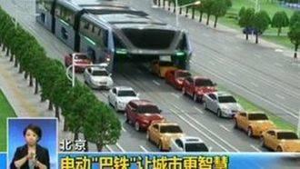 Comienza a circular en China un autobus que pasa por encima de los atascos