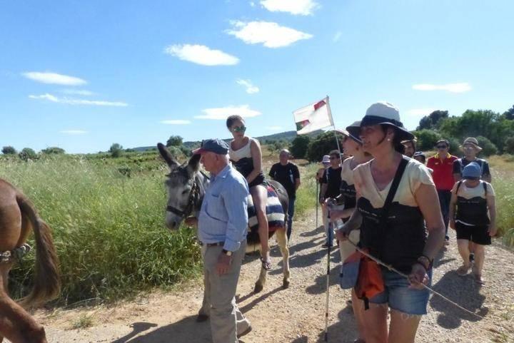 Los viajeros llegan a Sacedón a lomos de un burro emulando a Cela en su viaje a la Alcarria