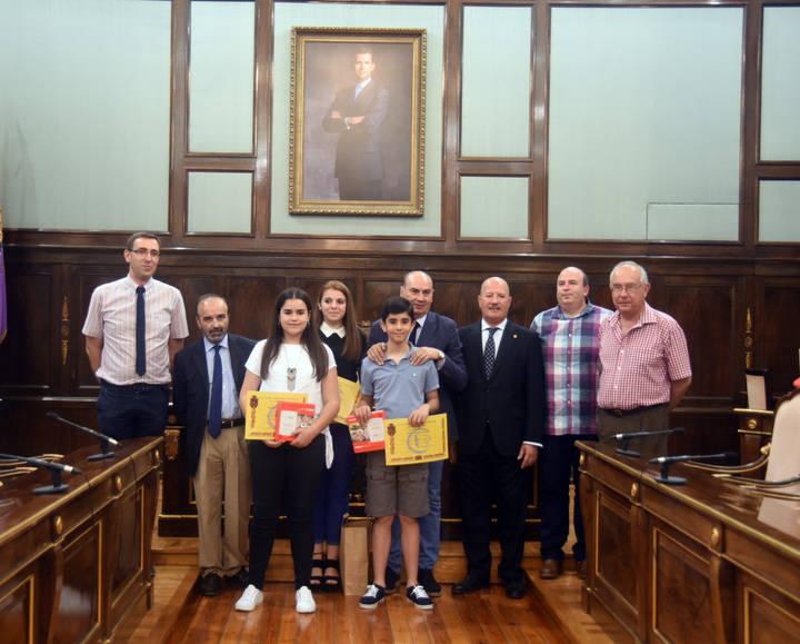 José Manuel Latre felicita a los alumnos ganadores del concurso de redacción escolar 'Cela, siempre en La Alcarria'