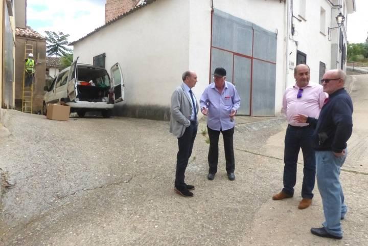 Latre se interesa por las obras de eficiencia energética que lleva a cabo la Diputación en Jirueque