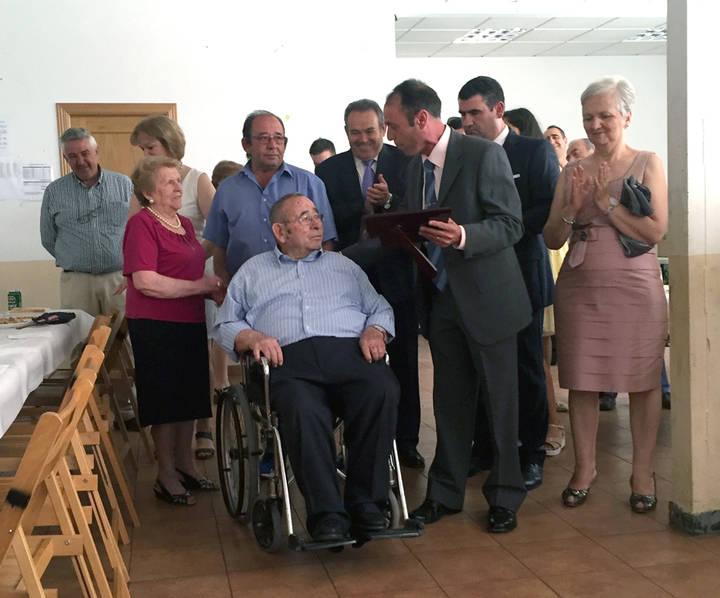 Antonio Burgos Cámara, recibiendo el homenaje de la Hermandad de San Juan de Yebra.
