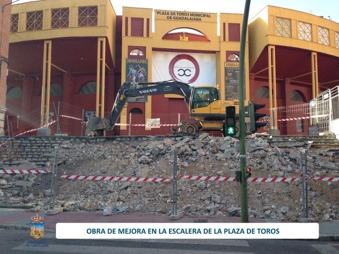 Así se están renovando las desgastadas escaleras de la Plaza de Toros de Guadalajara