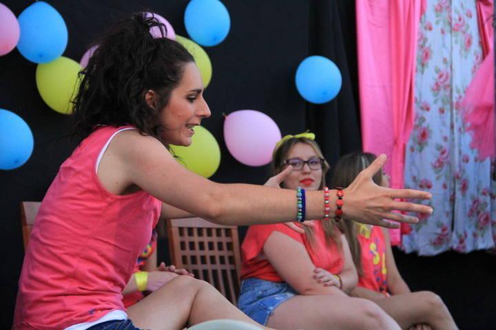 La compañía Ultimomento representó '¿Para qué están las amigas?' en la Plaza de Fuentenovilla