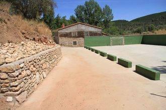 Un muro de mampostería remata el urbanismo en el entorno deportivo de Muriel