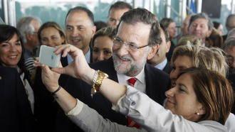 Rajoy vota entre gritos de
