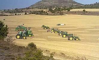 Ajedrez con tractores, la ocurrencia que homenajea a los agricultores de Hinojosa