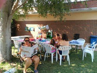 La biblioteca de Alovera llega a las piscinas municipales durante el verano