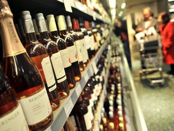 Denunciados cuatro establecimientos por vender tabaco y alcohol a menores y fuera de hora