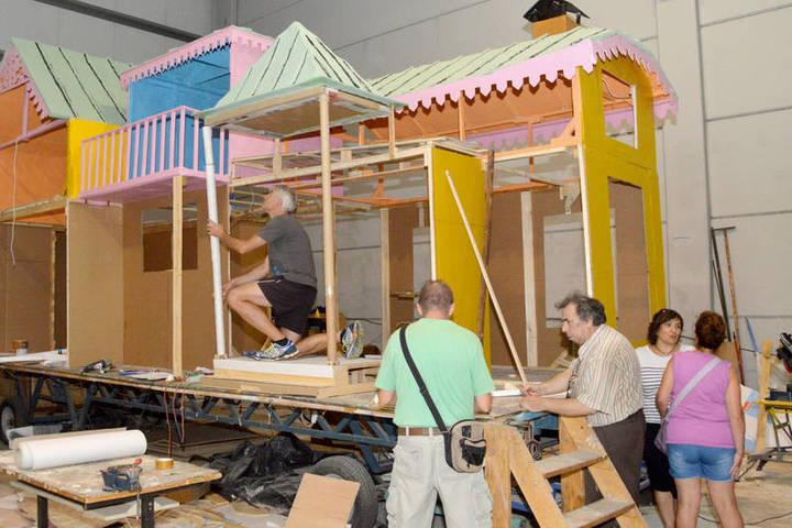 Más de 300 personas trabajan en la construcción de las carrozas de Azuqueca